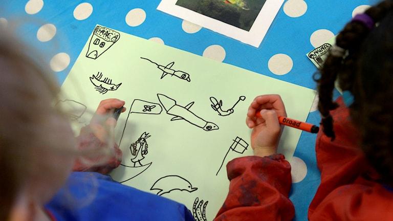 Barn ritar på en förskola Foto: Janerik Henriksson / TT /