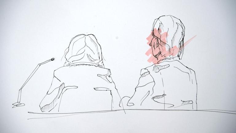 Tecknad bild från rättegångssalen. Två kvinnor (en mor till den avlidne mannen) tecknade bakifrån.