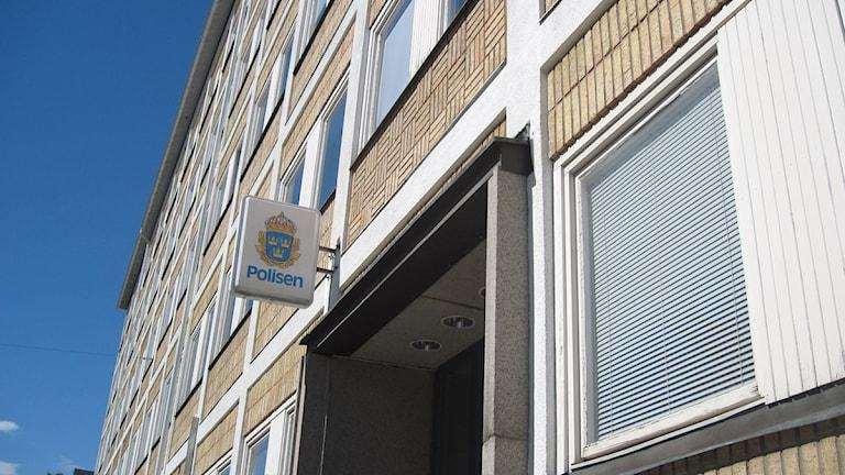 Polishuset i Eskilstuna med polisens skylt. Foto: Katarina Wahlström/Sveriges Radio