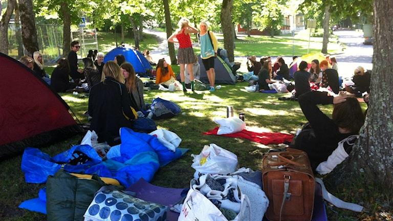 Väskor, tält, sovsäckar, ungdomar. Foto: Jonas Carnesten/Sveriges Radio.