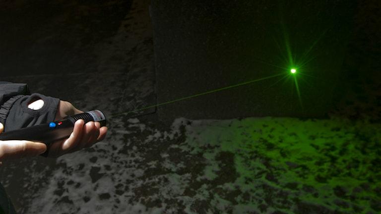 En laserpekare skjuter ut en grön stråle. Foto: Terje Bendiksby/Scanpix.