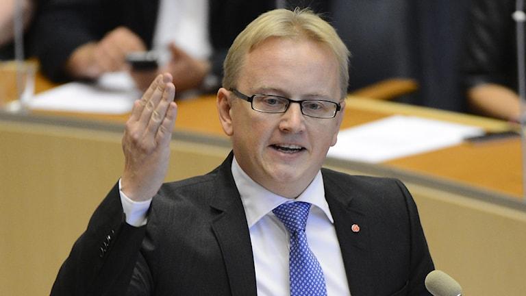 Fredrik Olovsson i riksdagens talarstol. Foto: Claudio Bresciani/Scanpix