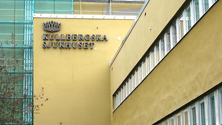 """Gul byggnad med skylten """"Kullbergska sjukhuset"""". Foto: Petra Levinson/Sveriges Radio."""