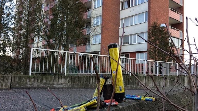Skjutna raketer på en mur i ett bostadsområdet, Årby, i Eskilstuna.