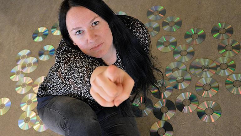 Johanna Iggsten bland CD-skivor. Foto: Malin Marck/Sveriges Radio.