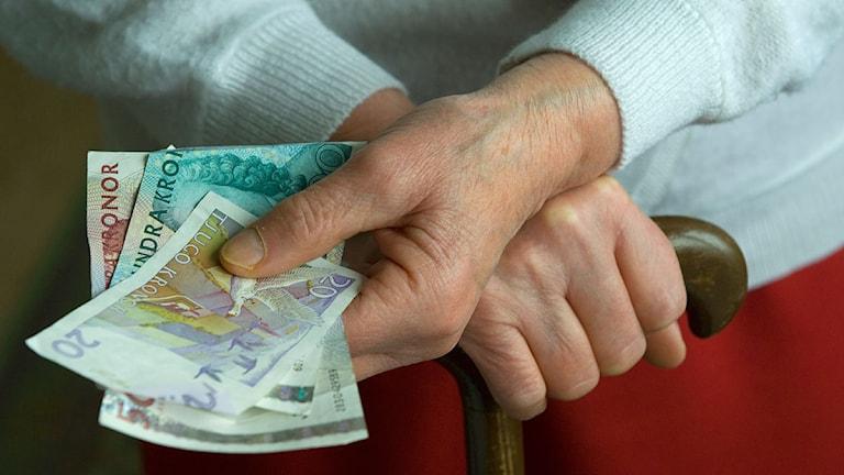 Äldre person håller i sedlar. Foto: Leif R Jansson/Scanpix.