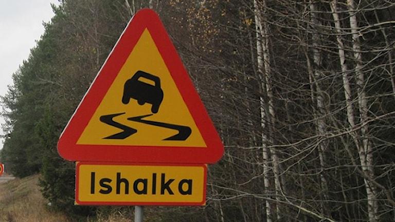 Skylt: Varning för ishalka. Foto: Katarina Wahlström/Sveriges Radio.