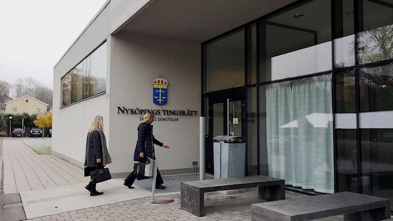 Ruth Nordström, barnorskans ombud på väg in i tingsrätten.