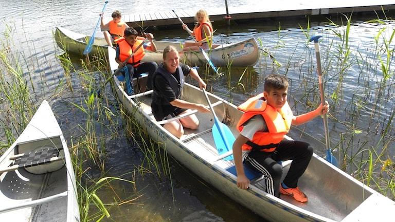 Ordförande Kerstin Andersson paddlar med Qusai och Zuher,  i andra kanoten sitter Rasmus Johansson och Elsa Nordström