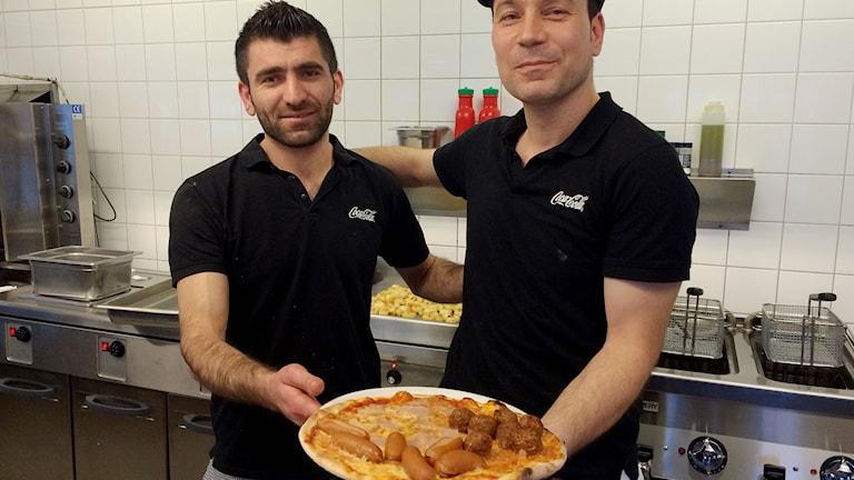Goran Kosrat och Kalle Omer i Katrineholm har skapat en julpizza.