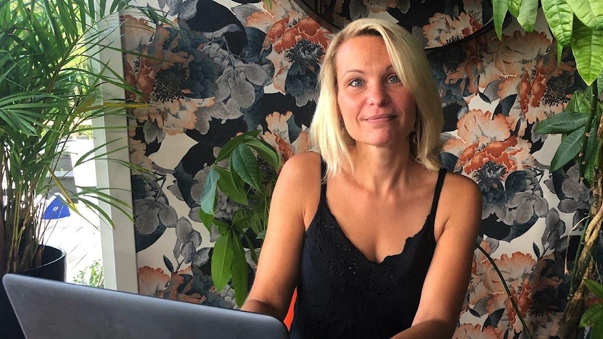 Annika Westin, utvecklare och koordinator på socialkontoret i Strängnäs, framför sin dator.