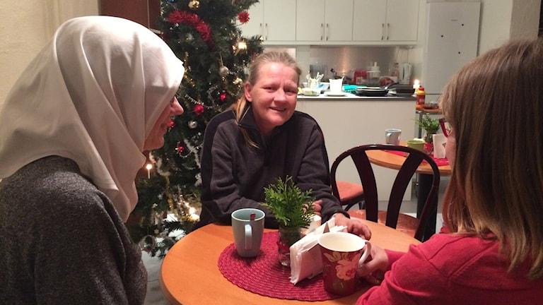 Julbord, Kyrkans hus, Torshälla 2016. Tre kvinnor, en med ansiktet mot kameran. Och julgran.
