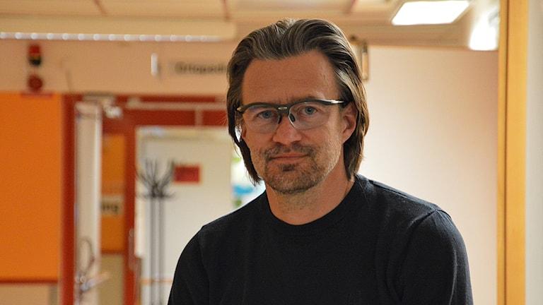 Peter Landell i en sjukhuskorridor. Foto: Petra Levinson/Sveriges Radio.