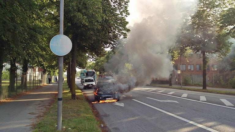 Bil brinner på väg.