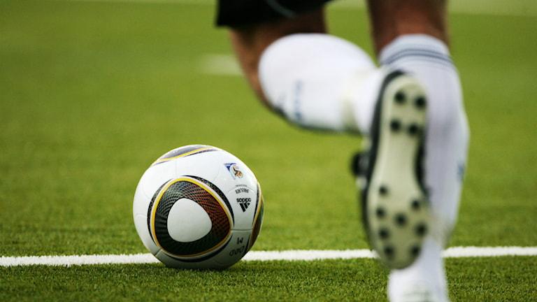 Fotboll och en fot som är på väg att sparka till den. Foto: Trond Reidar Treigen/TT.