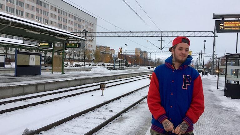 Andreas Johansson står på centralstation som är täckt av snö