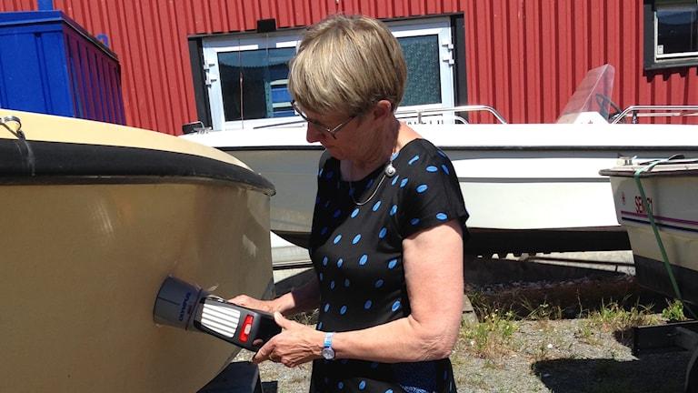 Britta Eklund mäter giftet i bottenfärgen på båtar, foto: Linnéa Wannefors, P4 Sörmland