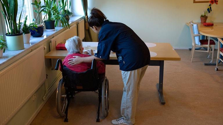 Äldre kvinna och personal. Foto: Henrik Montgomery/TT.