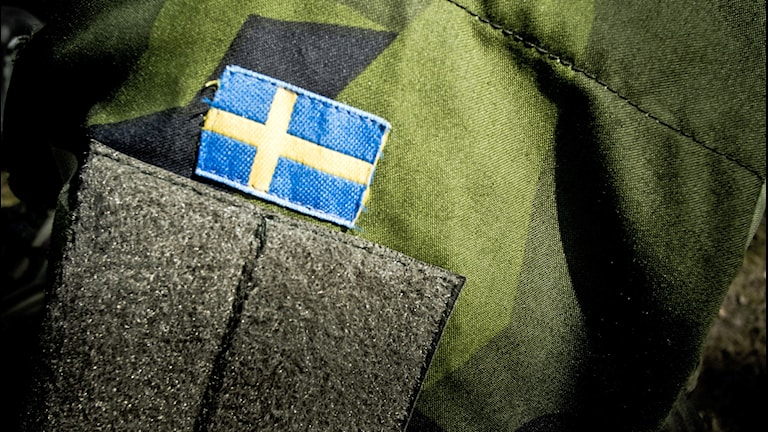 Försvaret, svenska flagga och uniformstyg. Foto: Magnus Hjalmarson Neideman/TT.