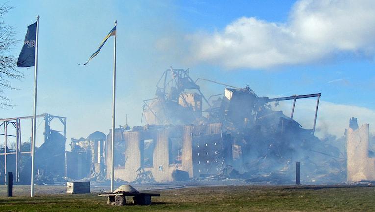 Resterna av Grafikens hus efter branden. Foto: Michael Berwick/Sveriges Radio.
