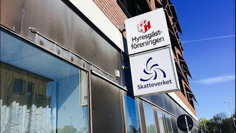 Skylt, Hyresgästföreningen på fasad. Foto: Fredrik Blomberg/Sveriges Radio