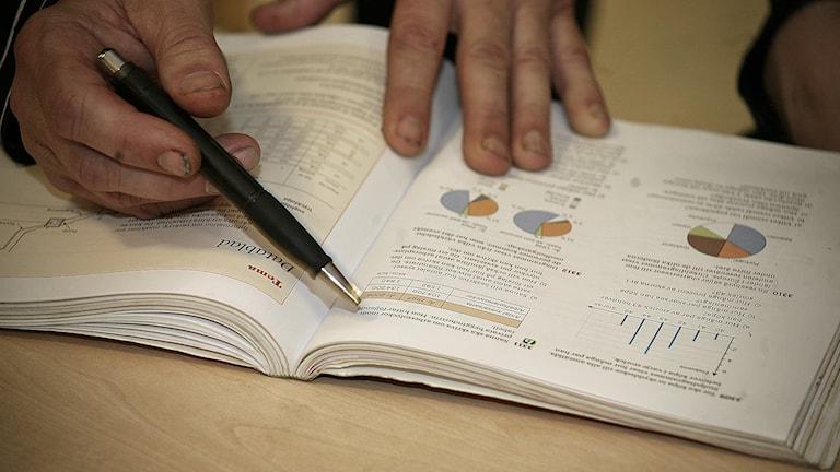Någon pekar med en penna i en mattebok. Foto: Jacob Hansson/Sveriges Radio