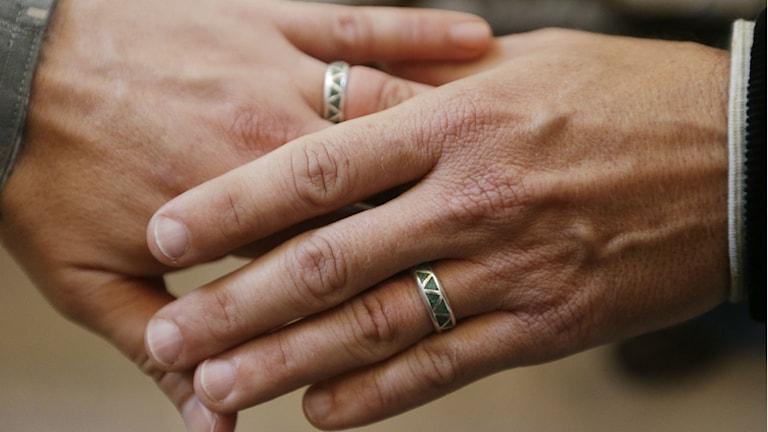 Vigselringar på ett pars händer