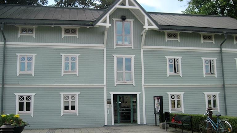Härbärget, en blågrå träbyggnad. Foto: Odessa Fardipour/Sveriges Radio.