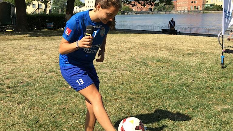 Elena Sadiku trixar med en fotboll. Foto: Mikael Strang/Sveriges Radio