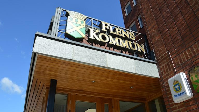 """Byggnad med skylten """"Flens kommun"""" och ett kommunvapen. Foto: Petra Levinson/Sveriges Radio."""