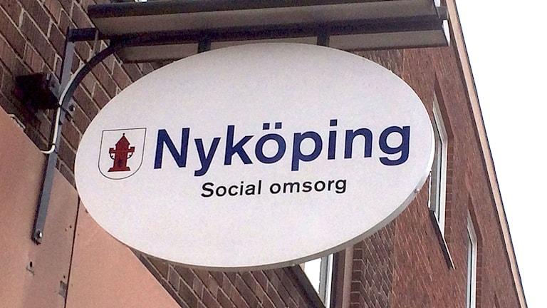 Skylt Nyköping Social omsorg. Foto: Katarina Wahlström/Sveriges Radio.