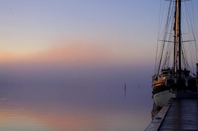 Morgondimma och båt. Foto: Peter Eriksson.