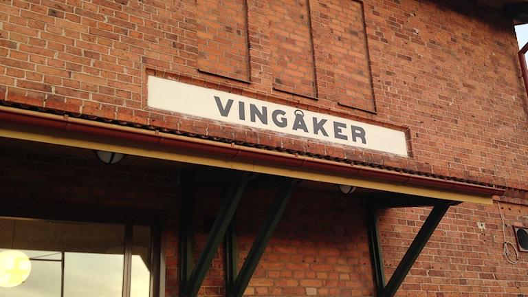 Vingåker-skylt vid tågstationen. Foto: Katarina Larsson/Sveriges Radio.