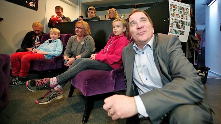 Stefan Löfven på golvet bland bokläsande barn i Eskilstuna. Foto: Jacob Hansson/Sveriges Radio