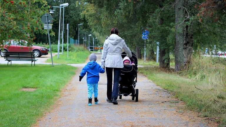Familj ute och går. Foto: Jonna Spiik/Sveriges Radio.
