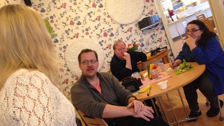 Evelina Crabb besöker Fontänhuset. Foto: Katarina Larsson/Sveriges Radio.