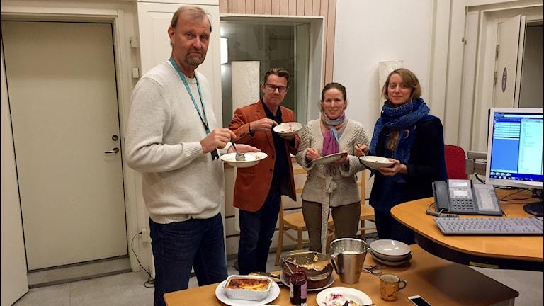 Reino, Jonas, Sandra och Petra smakar Sandras ostkaka. Foto: Svante Ekberg/Sveriges Radio