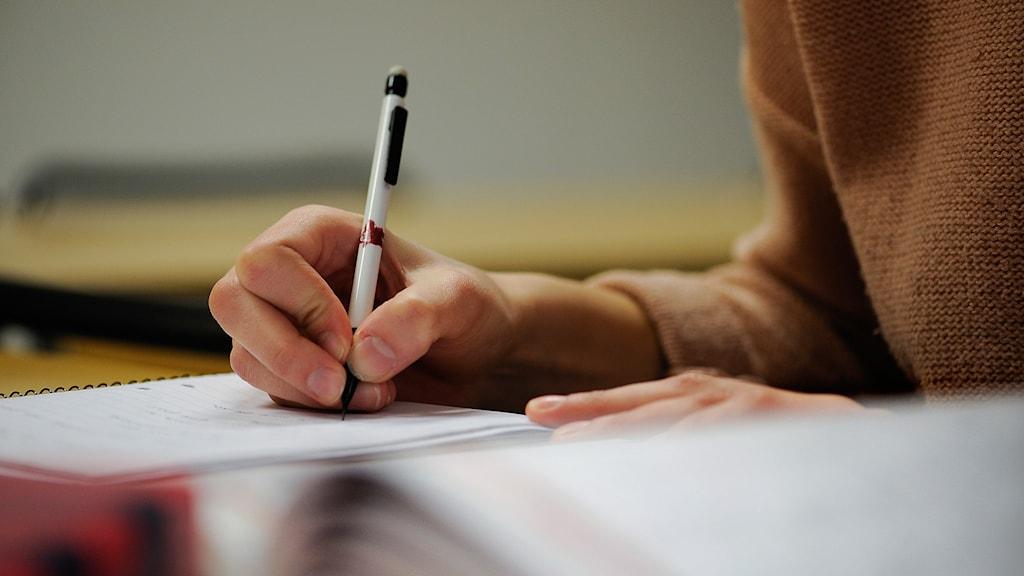 Student skriver. Foto: Anders Wiklund/TT.