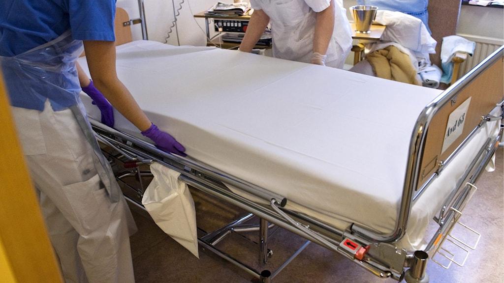 Vårdpersonal bäddar en säng på en vårdavdelning på Danderyds sjukhus Foto: Bertil Ericson/TT.