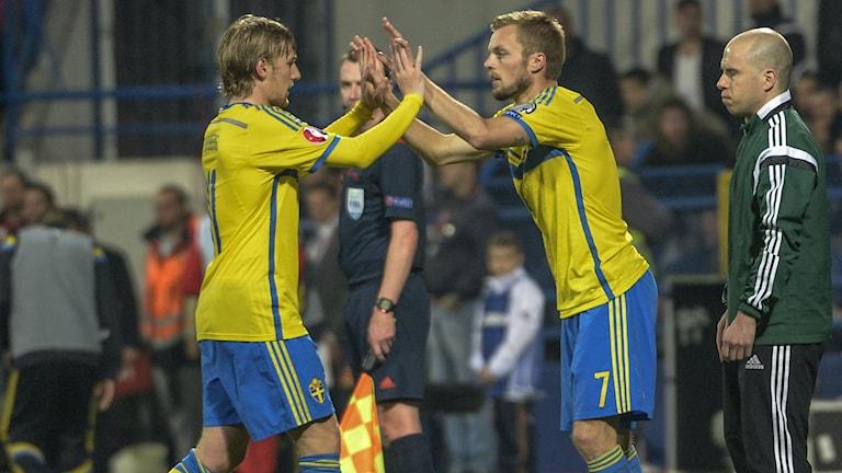 Emil Forsberg ersätts av Sebastian Larsson under lördagens EM-kval-match mellan Montenegro och Sverige i Podgorica. Foto Jonas Ekströmer/TT.