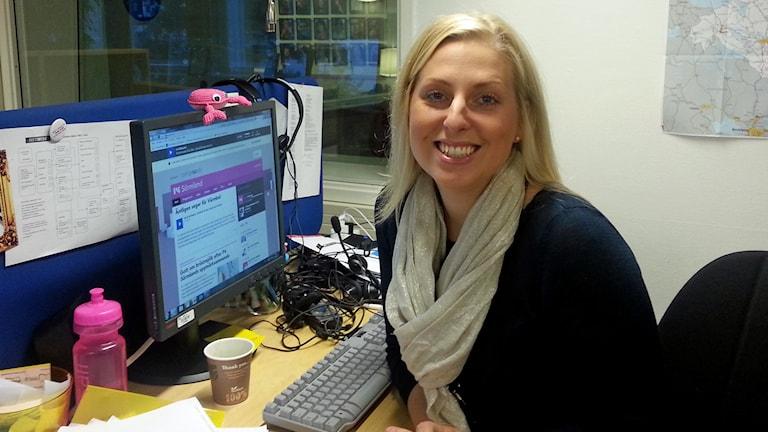 Evelina Crabb vid skrivbord. Foto: Sveriges Radio.