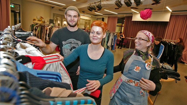 Jonatan Hedetoft, Lotta Pärn Bandick och Cecilia Thunberg vid en ställning med kläder. Foto: Jacob Hansson/Sveriges Radio