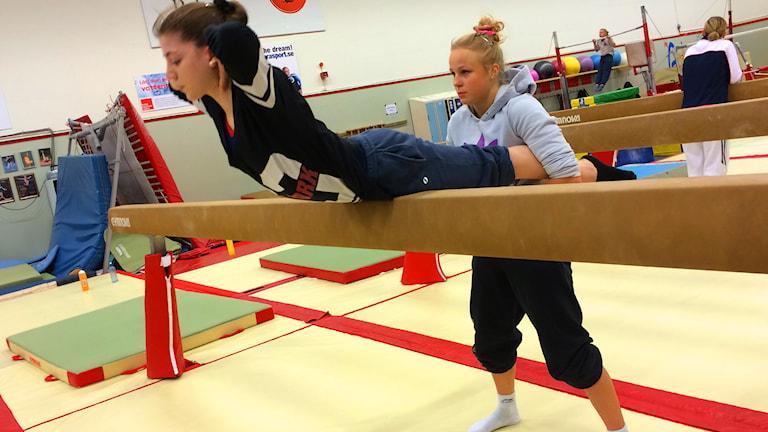 Ece Ayan och Jonna Adlerteg tränar. Foto: Fredrik Lorenzoni/Sveriges Radio.