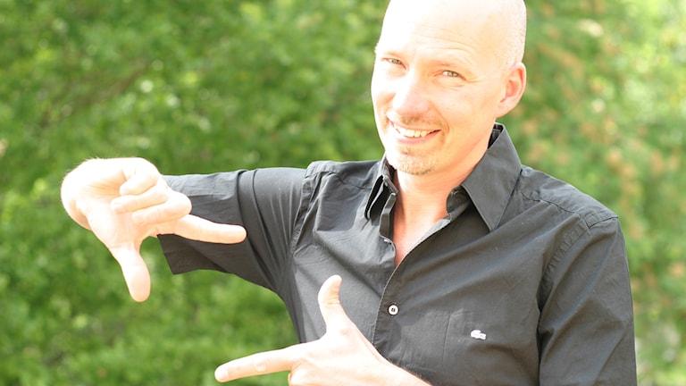 """Anders Wikström bildar en """"ruta"""" med händerna.  Foto: Niklas Wikström"""
