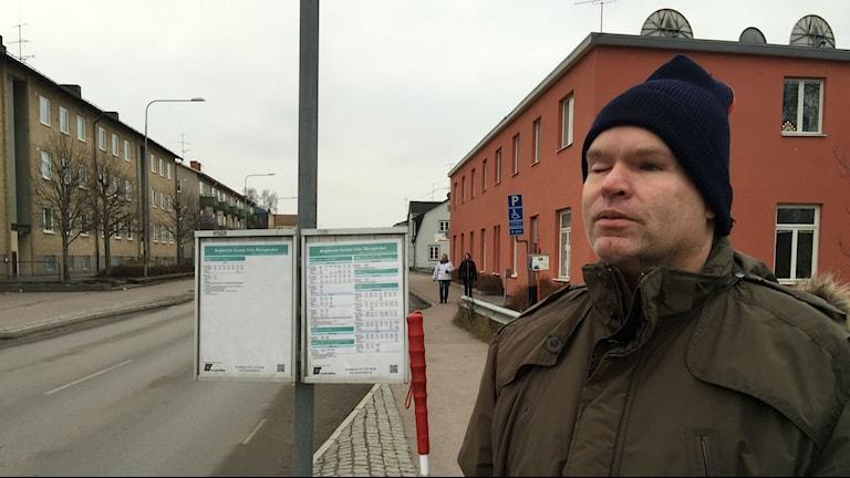 Lars-Ove Nederman vid en av hållplatserna utanför hans hem i Vingåker. Foto: Carin Vidner/Sveriges Radio.