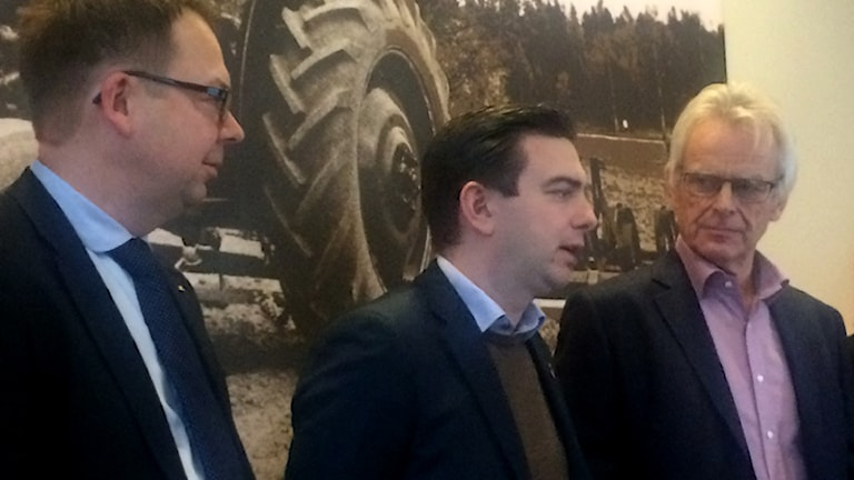Jari Puustinen (M), Jimmy Jansson (S), Arne Jonsson (C). Foto: Fredrik Blomberg/Sveriges Radio.