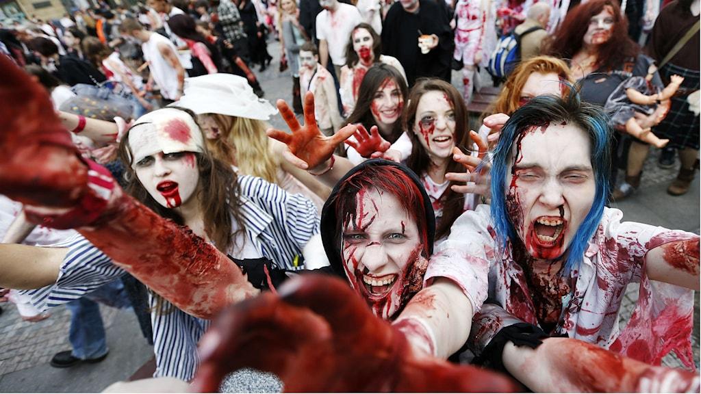 Personer utklädda till zombier i en parad. Foto: Petr David Josek/TT.
