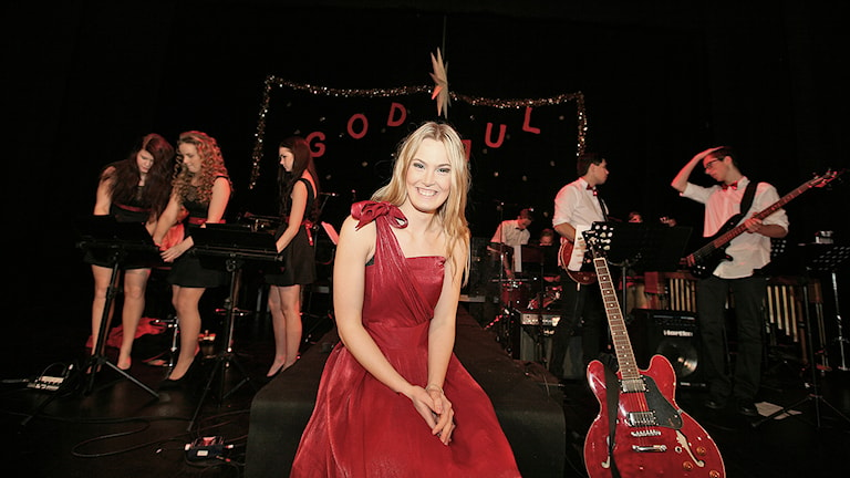 Mathilda i röd klänning på Eskilstuna teaters stora scen. Foto: Jacob Hansson/Sveriges Radio