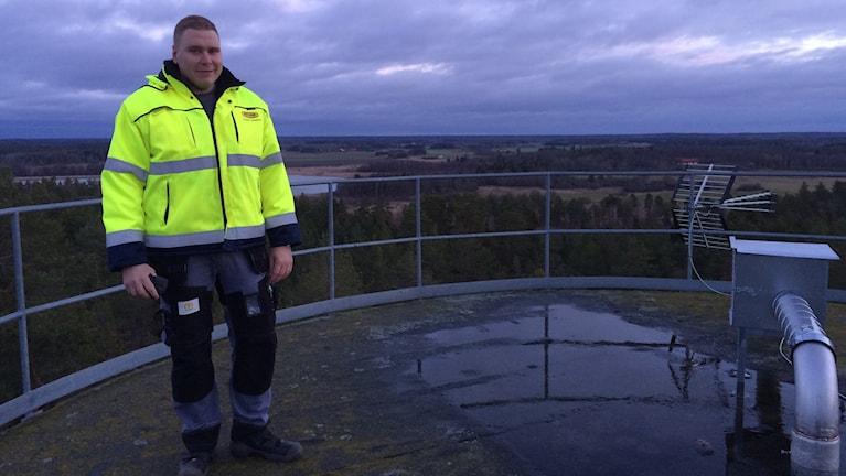 Jonas Lindberg på ett vattentorn. Foto: Fredrik Lorenzoni/Sveriges Radio.