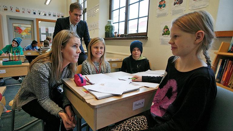 Lärare och elever får besök av Gustav Fridolin. Foto: Jacob Hansson/Sveriges Radio